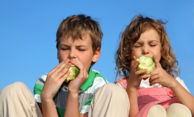 otroci z jabolkom