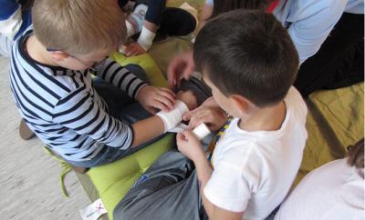 otroci-se-ucijo-pomagati2
